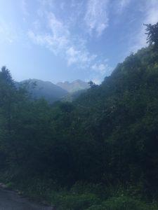 中尾高原登山口近くから望む焼岳